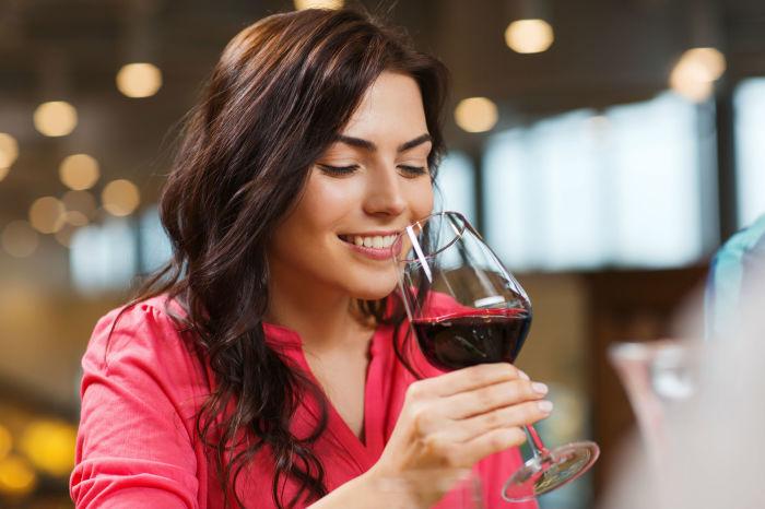 Алкоголь ослабляет действие анестетиков. / Фото: Cadenadial.com