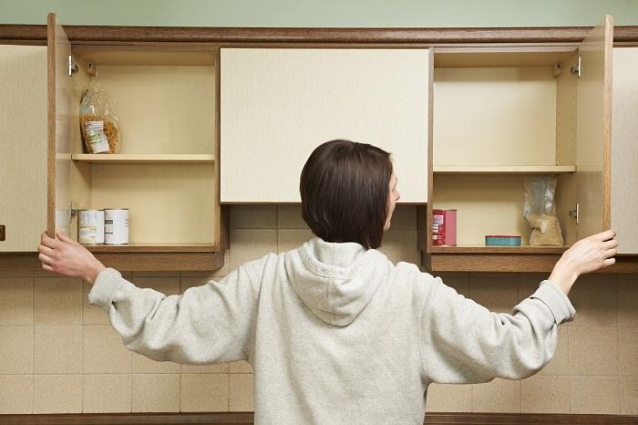 В начале уборки важно освободить все шкафы. / Фото: Cbpp.org