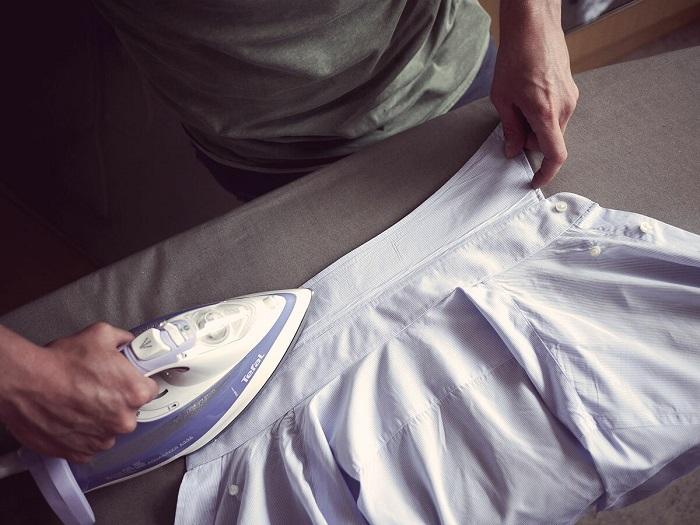 Начинайте глажку рубашки с воротника. / Фото: Conorbofin.com