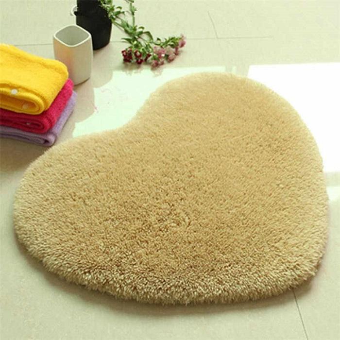 Пушистые ковры в ванной - это негигиенично и непрактично. / Фото: Cozzyroom.com