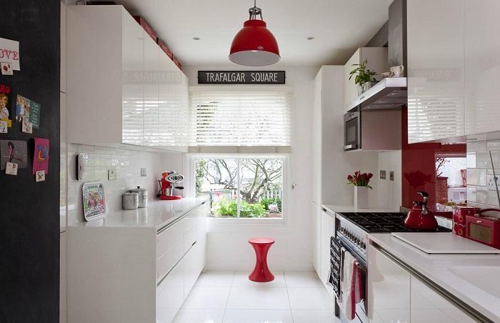 Красные акценты в белой кухне. / Фото: Dekorin.me