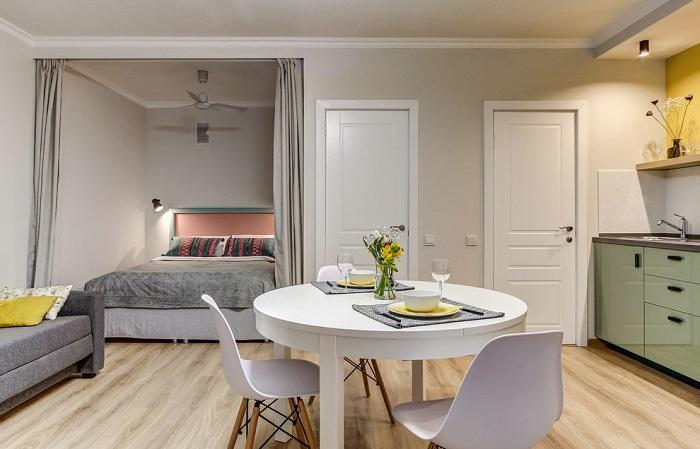 Кровать можно расположить в нише. / Фото: Design-homes.com