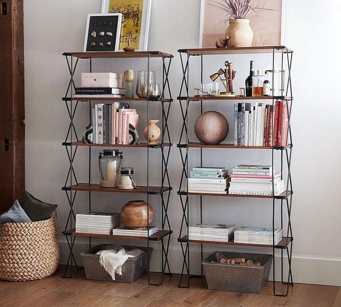 Кроме книги на полках могут быть вазы, бокалы, подсвечники, рамки. / Фото: Design-remont.info
