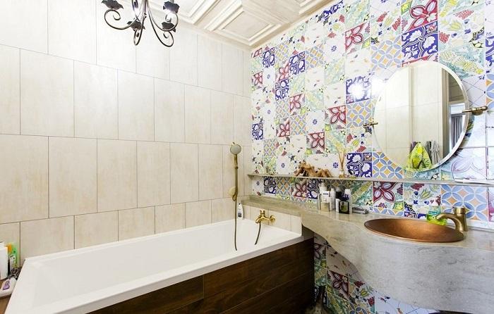 Яркая стена станет акцентом в ванной комнате. / Фото: Diyideas.ru