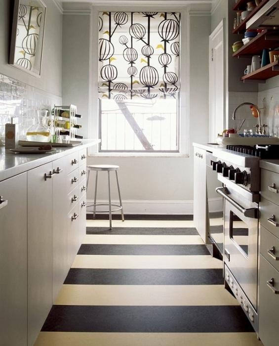 Горизонтальные полосы в оформлении пола на кухне. / Фото: Dizainexpert.com
