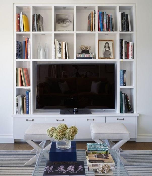 Телевизор отлично будет смотреться среди книг, фотографий и сувениров. / Фото: Dizainexpert.ru
