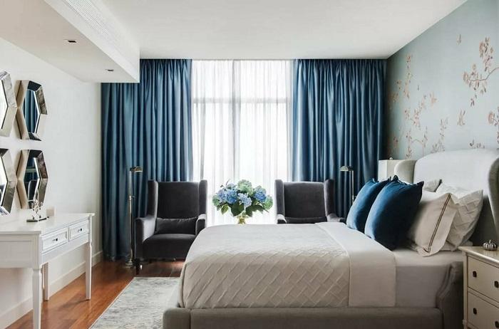Синие шторы выглядят красиво и актуально. / Фото: Dizainvfoto.ru