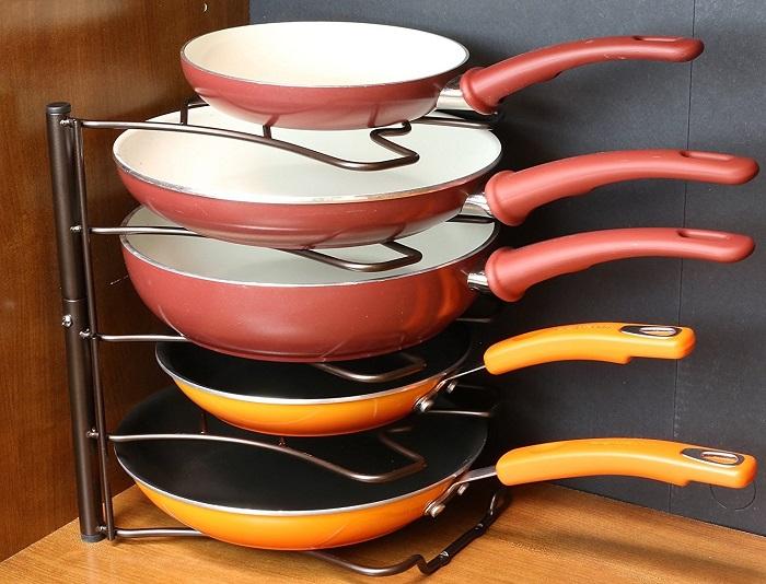 Органайзер для сковородок позволяет компактно их сложить. / Фото: Dm-st.ru