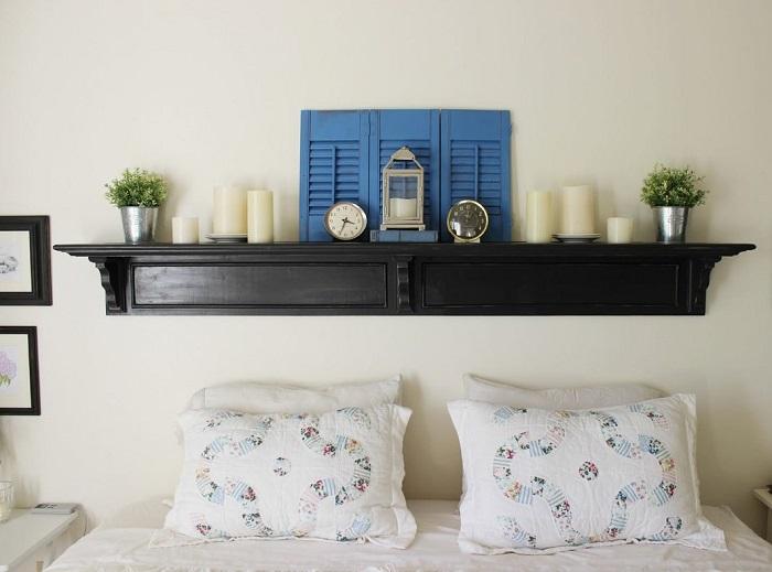 Полочка над изголовьем кровати может выполнить роль тумбочки. / Фото: Elledecoration.ru