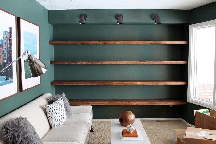 Полки нужно заполнять книгами, декором и другими предметами. / Фото: Eparket.com