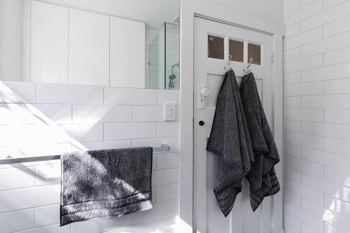 Повесьте на двери  ванную крючки для полотенец. / Фото: Fitkiss.club