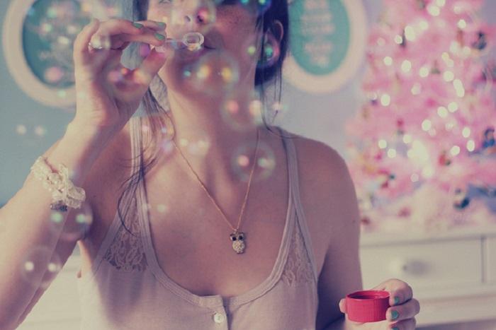 Мыльные пузыри избавляют от грустных мыслей. / Фото: Fonstola.ru