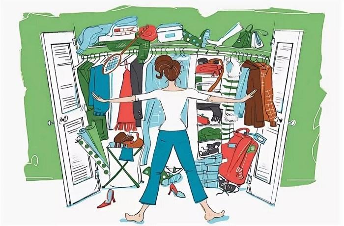 Если одежды много, она со временем начинает выпадать из шкафа. / Фото: Fotostrana.ru