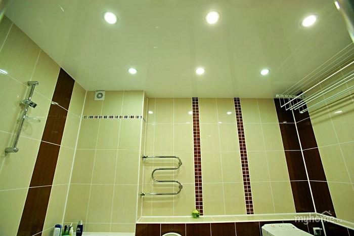 Натяжной потолок прост в монтаже и устойчив к влаге. / Фото: Gatchina-remont.ru
