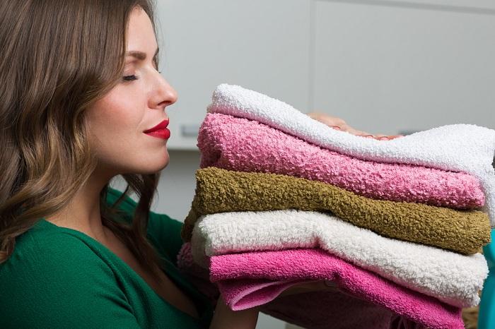 Полотенца станут мягкими сразу после специальной стирки. / Фото: Hozvopros.com