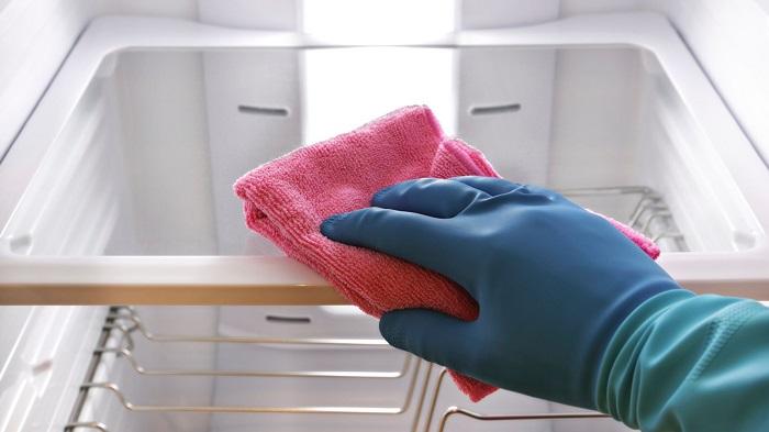 Холодильник каждую неделю нужно протирать изнутри салфеткой из микрофибры. / Фото: Huffpost.com