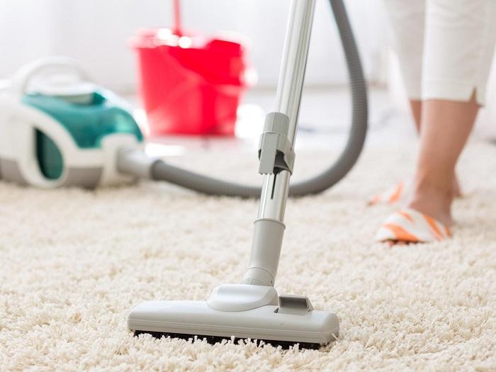 Пылесосить ковры нужно в первую очередь. / Фото: Ihousewife.ru