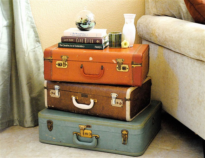 Тумба из чемоданов в гостиную. / Фото: Ilovegreece.ru