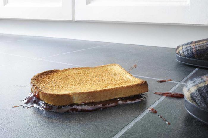 Все, что упало на пол во время приготовления пищи, нужно убрать. / Фото: Infourok.ru