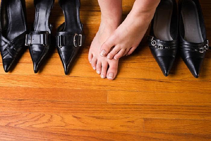 Обувь с узким носком сдавливает ногу. / Фото: Istockphoto.com