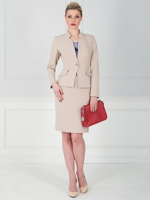 Комплект из пиджака и юбки смотрится скучно. / Фото: Ivanpokupkin.ru