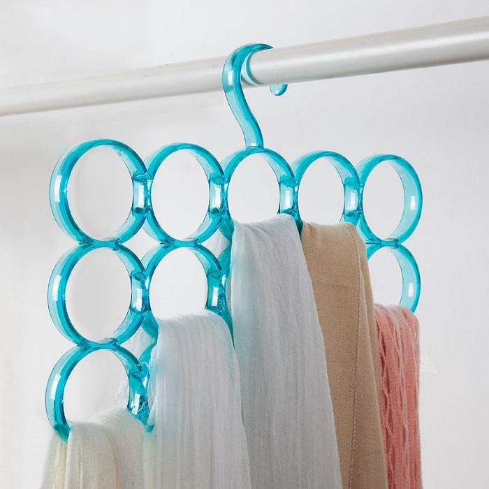 Для хранения шарфов купите плечики с отверстиями. / Фото: Kinovhod.ru