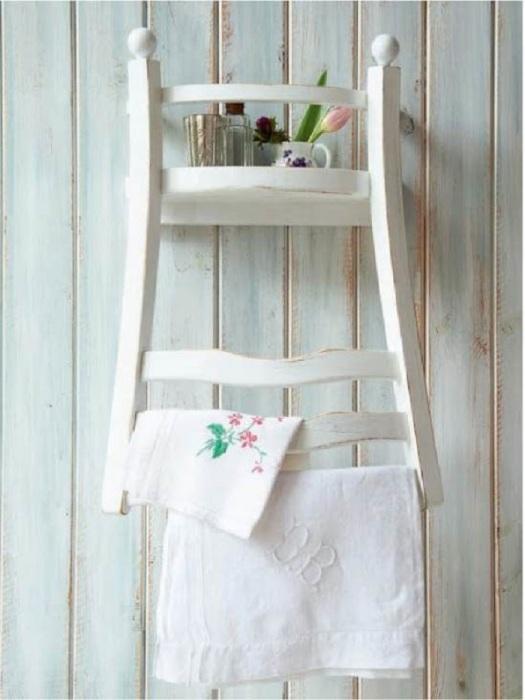 На стуле,  прикрепленном к стене, можно хранить разные мелочи. / Фото: Kitchendecorium.ru