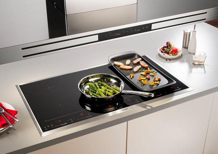 Узкая индукционная плита займет минимум места. / Фото: Kitchendizajn.ru
