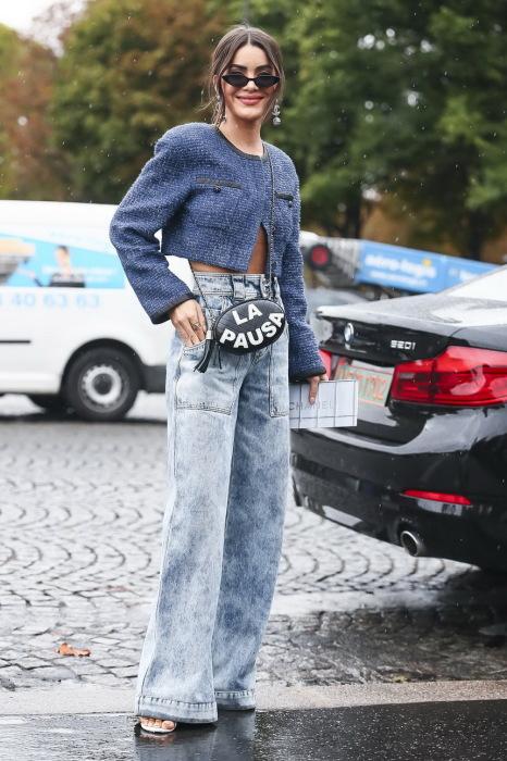 Длинные джинсы визуально делают ноги слишком большими. / Фото: Kleo.ru