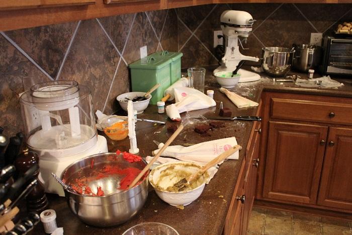 Бардак на столешнице мешает готовить. / Фото: Konyhaotletek.hu