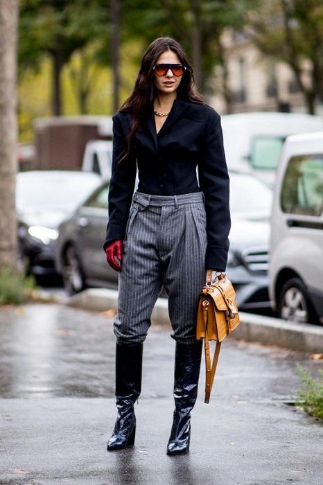 Классические брюки нельзя заправлять в сапоги. / Фото: Lady.day.az