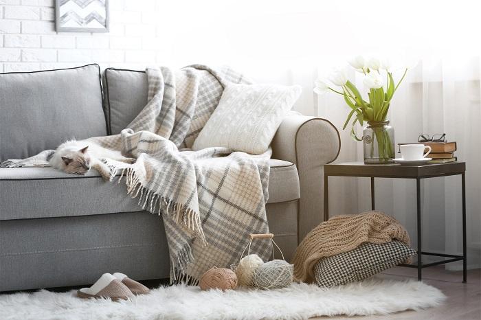 Небрежно брошенный плед добавит комнате уюта. / Фото: Legko.com