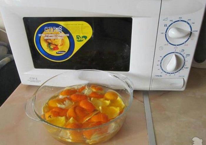 Апельсиновые корки нужно замочить в воде. / Фото: Lime.energy