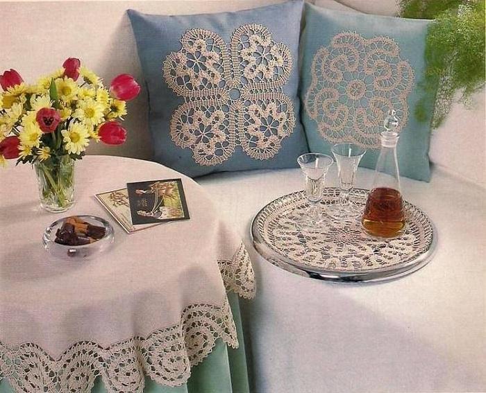 Кружевными салфетками можно украсить подушку. / Фото: Livemaster.ru
