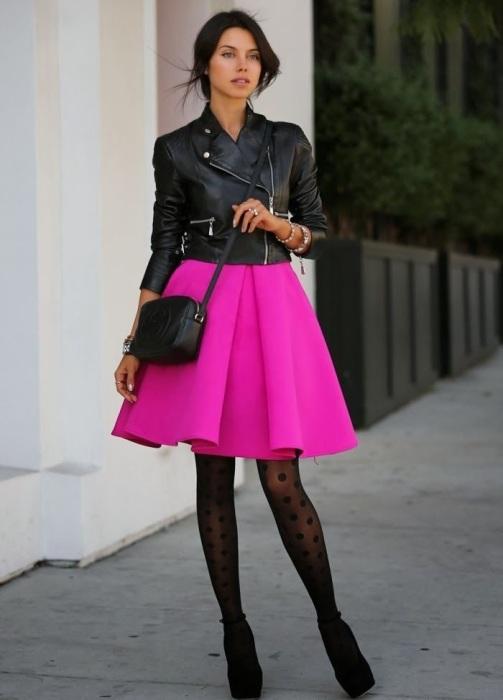 Косуха с розовым платьем смотрится стильно и дерзко. / Фото: Luckclub.ru