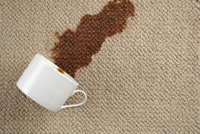 Пятна от кофе нужно выводить сразу после их появления. / Фото: Mammypage.ru