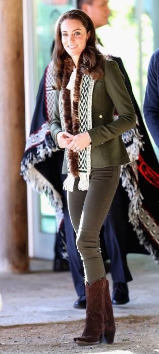 Кейт Миддлтон в Канаде в шарфе с мехом калана. / Фото: Materinstvo.ru