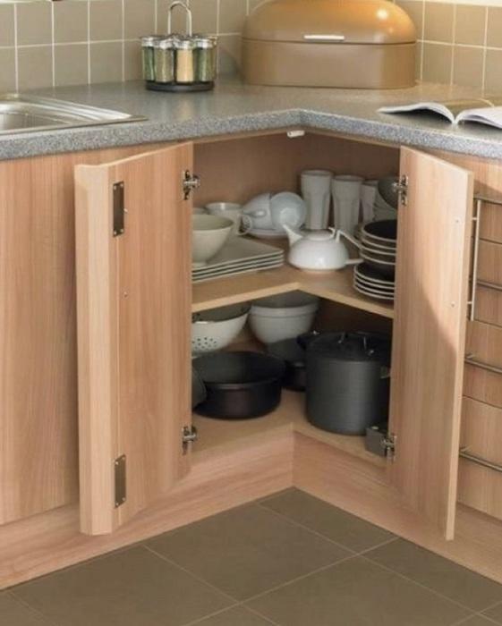 Обычные полки в шкафчиках не могут гарантировать нормальный обзор. / Фото: Mebelsuite.ru