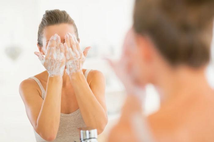 Очищающие средства важно подбирать в соответствии с типом кожи. / Фото: Medaboutme.ru