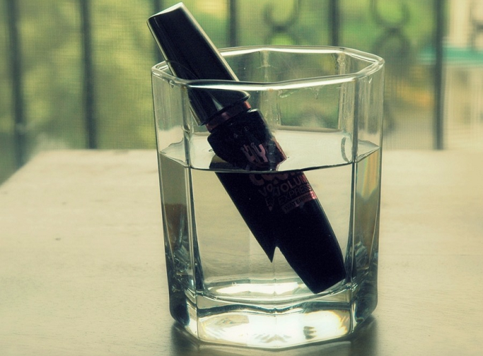 Нужно окунуть тюбик с тушью в кипяток на несколько минут. / Фото: Medvoice.ru