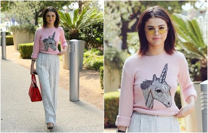 Нежный свитер с принтом можно сочетать с классическими брюками