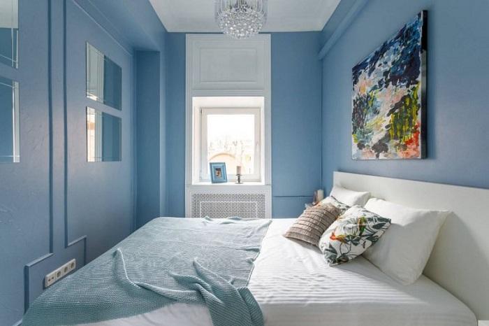 Большая горизонтальная картина подчеркнет неправильную форму комнаты. / Фото: Mykaleidoscope.ru
