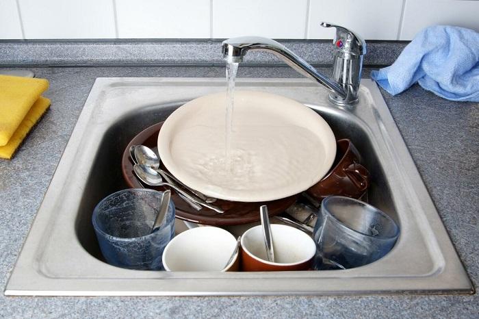Посуду нужно мыть сразу после трапезы. / Фото: Nastroy.net
