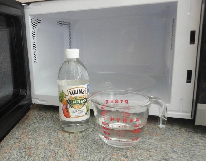 Уксус - самый простой способ чистки. / Фото: Navseruki.guru