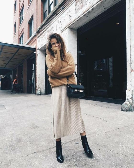 Свитер и юбка-миди - прекрасный образ для прохладной погоды. / Фото: Nemodno.com