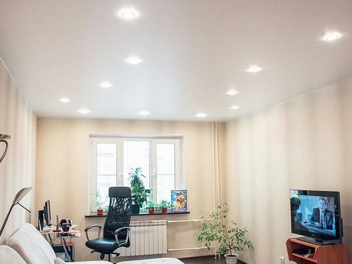Белый потолок - это классика, но не обязательный элемент. / Фото: Nevado.ru