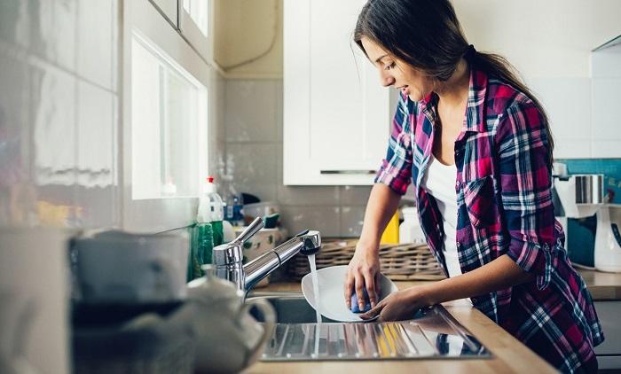 Россиянки моют посуду в раковине под проточной водой. / Фото: Nicstyle.ru