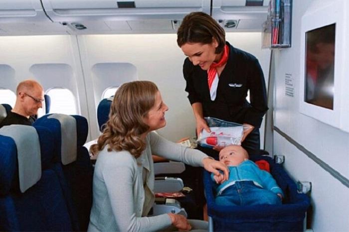 Грудному ребенку в самолете могут предоставить люльку. / Фото: O-krohe.ru