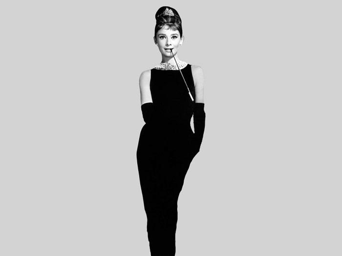 Одри Хепберн в черном платье от Юбера Живанши. / Фото: Officiel-online.com