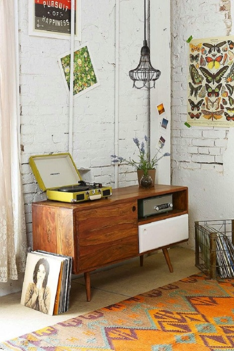 Радиола вместо тумбы в интерьере. / Фото: Pinterest.com